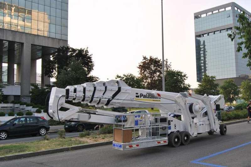 一台XTJ52+蜘蛛式升降车正式服务意大利隆巴尔达租赁公司